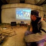 橋下でプロジェクターを使って映画鑑賞キャンプ